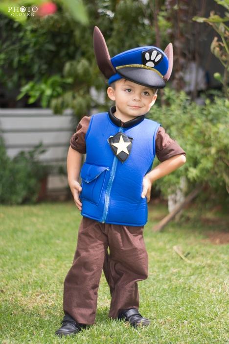 Niño disfrazado en fiesta infantil